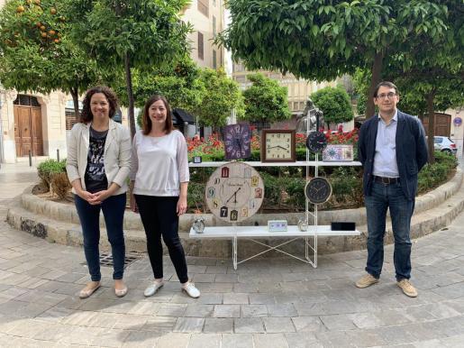 Catalina Cladera, Francina Armengol y Iago Negueruela, en una simbólica imagen rodeados de relojes.