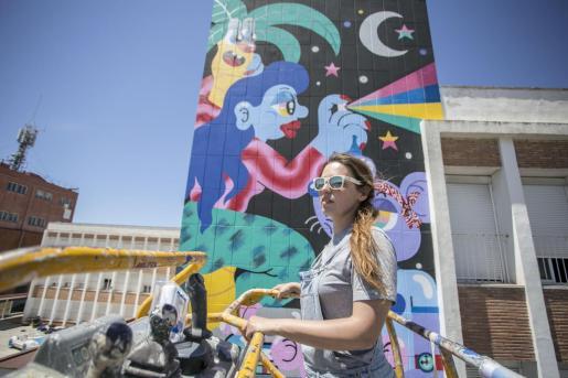 La pintura en la fachada del CEIP Llevant, junto al que discurre una via muy transitada habitualmente en la ciudad, es una de las más destacadas del certamen, tanto por su gran tamaño como por la llamativa composición e intensos colores con los que la ha realizado la artista Fátima de Juan.
