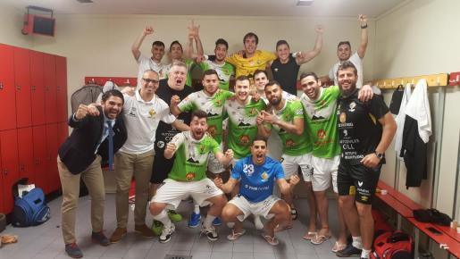 La plantilla del Palma Futsal celebra su victoria sobre Movistar Inter en el vestuario del pabellón Jorge Garbajosa.