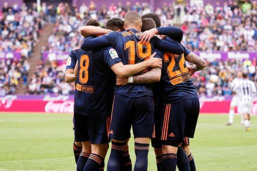 Los jugadores del Valencia celebran el gol anotado por el centrocampista Carlos Soler ante el Valladolid en el estadio José Zorrilla, en Valladolid.