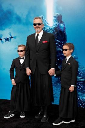 El cantante Miguel Bosé posa con Tadeo y Diego en un estreno de cine en Los Angeles.
