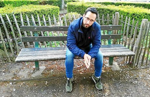 Valtònyc posa en un parque de Bruselas para esta entrevista.