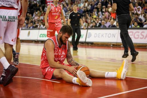 Fran Guerra, del Iberojet Palma, en el suelo del Palacio de los Deportes de Granada.