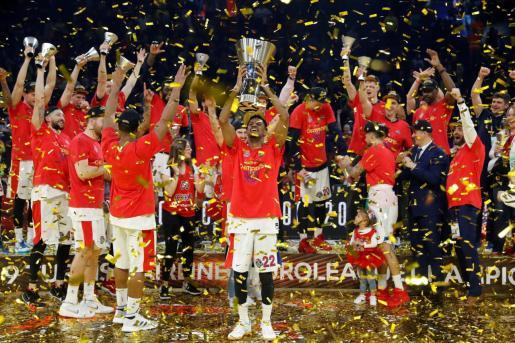 Jugadores y cuerpo técnico del CSKA tras recibir el trofeo que les acredita como vencedores de la Final Four de la Euroliga tras derrotar al Anadolu Efes en el encuentro que han disputado esta domingo en el Fernando Buesa Arena de Vitoria.