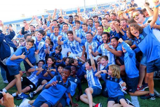 Los jugadores del Atlètic Baleares celebran el título de campeones.