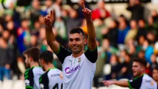 David Barral celebra un gol con la camiseta del Racing.
