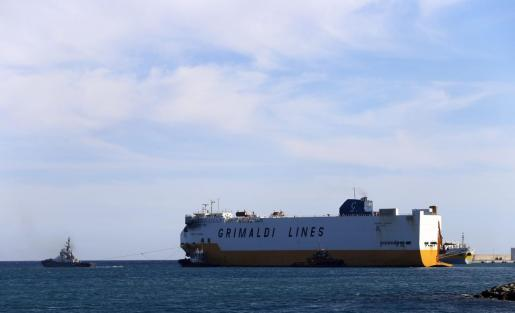 El 'Grande Europa' fue remolcado este lunes hacia el puerto de Valencia.