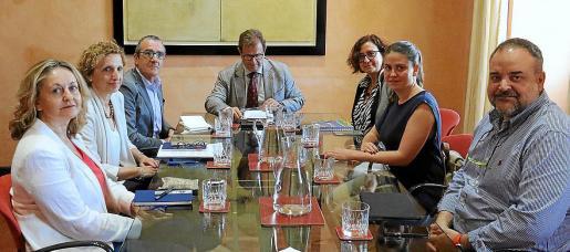 La UIB no está al margen del período electoral y mantiene contactos con los diferentes candidatos. En la imagen, reunión de este lunes con Juan Pedro Yllanes y Aurora Ribot, de Podemos.