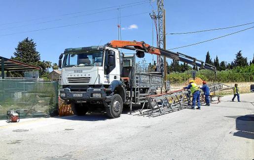 Operarios han retirado la torre de electricidad que dificultaba la entrada a las instalaciones.
