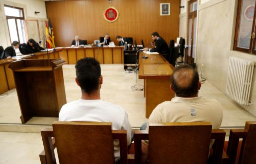 El acusado, a la izquierda, durante el juicio.