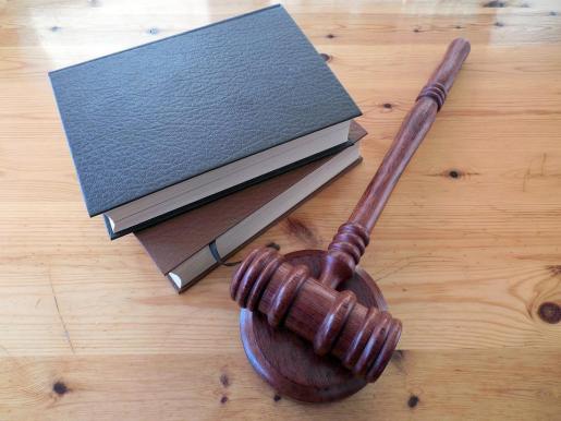 El tribunal no pone en duda que los abuelos cuiden bien del niño, auque es el padre el que «debe cumplir con sus obligaciones y en el presente caso no lo hace».