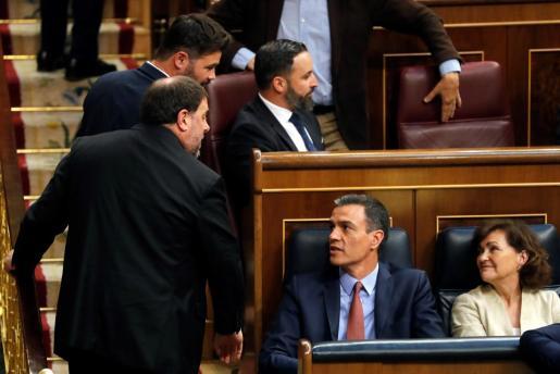 El líder de ERC, Oriol Junqueras,iz., que se encuentra en prisión provisional se dirige al presidente del Gobierno en funciones, Pedro Sánchez,d., durante la sesión constitutiva de las nuevas Cortes Generales de la XIII Legislativa.