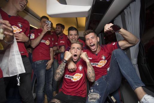 Brandon Thomas, en el centro de la imagen, celebra junto a sus compañeros el ascenso de Osasuna.