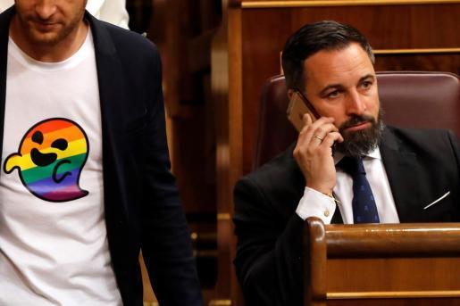 -FOTODELDIA- GRAF5206 MADRID, 21/5/2019.- El diputado del PSC Arnau Ramirez (i) con una camiseta con el icono 'gaysper', pasa ante el presidente de VOX, Santiago Abascal (d), en uno de los escaños del Congreso de los Diputados donde hoy se celebra la sesión constitutiva de las nuevas Cortes Generales .EFE/Ballestros Sesión constitutiva de las nuevas Cortes Generales