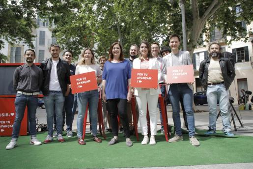 La candidata del PSIB-PSOE, Francina Armengol, en un acto electoral con los jóvenes y otros candidatos socialistas.