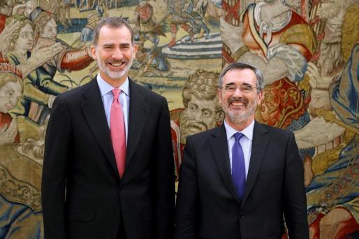 El Rey junto a Manuel Cruz.