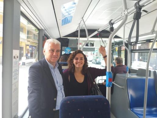 Josep Melià y Neus Sánchez, candidatos del PI al Ajuntament de Palma, en un autobús de la EMT.