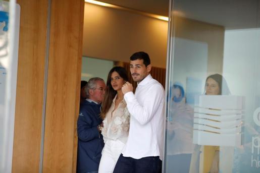 Sara Carbonero e Iker Casillas en la puerta del hospital.
