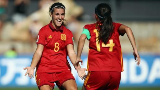 La futbolista mallorquina Patri Guijarro celebra un gol de la selección española con una compañera.