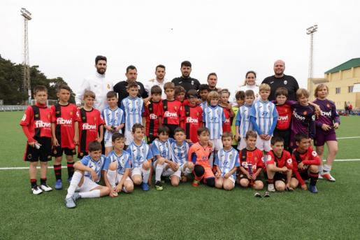 Los equipos del Real Mallorca y el Atlético Baleares posan tras la gran final de la Biosport Cup Menorca.