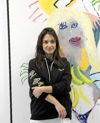 Bel Fullana posa ante una de sus obras en la galería Fran Reus.