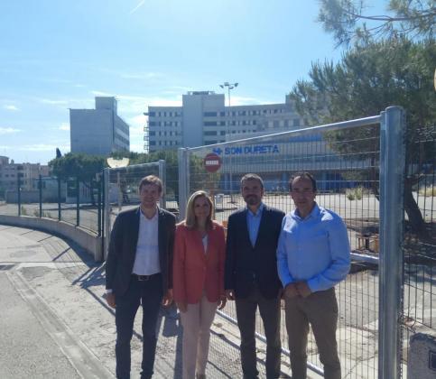 Alejandro Valdivia, Patricia Guasp, Marc Pérez-Ribas y Juanma Gómez, candidato de Ciudadanos al Parlament, ante la fachada del antiguo hospital de Son Dureta.