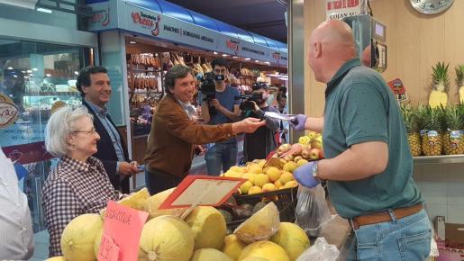 Los candidatos del PP al Ajuntament de Palma y al Govern, Mateo Isern y Biel Company, han visitado el mercado del Olivar.