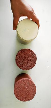 Imagen de las probetas de los morteros de cal con aditivo de hueso de sepia, de color blanco, y con aditivo de óxido de hierro en diferentes porcentajes, que le da un tono terracota.