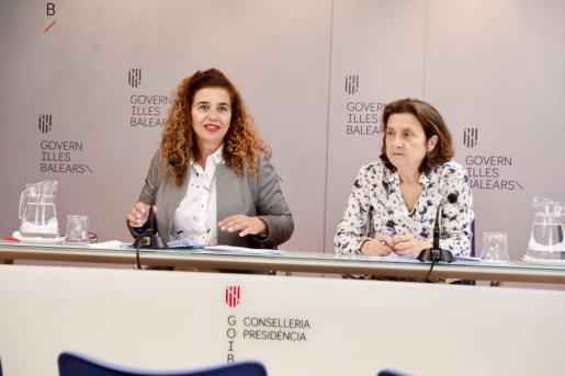 Pilar Costa y Fina Santiago, durante la rueda de prensa posterior al último Consell de Govern.