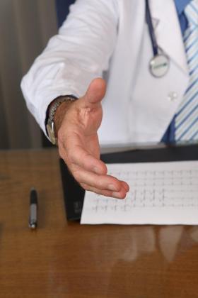 El Colegio Oficial de Médicos de Lleida ha anunciado que su junta de gobierno y la comisión deontológica estudiarán el supuesto envío de cartas electorales del doctor Xavier Rodamilans a sus pacientes.