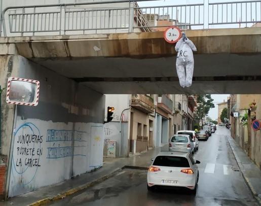 Imagen del muñeco con la cara de Junqueras en un puente de Sant Vicenç dels Horts.