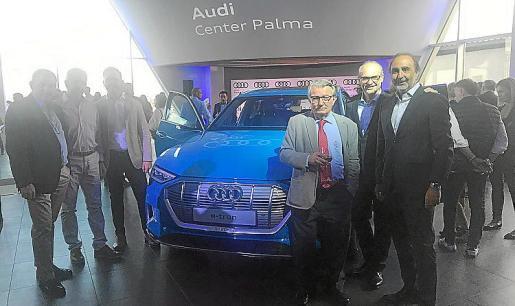 Los máximos responsables del concesionario isleño junto al nuevo Audi e-tron.