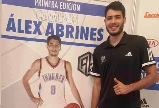 Álex Abrines posa junto al cartel de su Campus en la Sala Polivalent del Ajuntament de Muro.