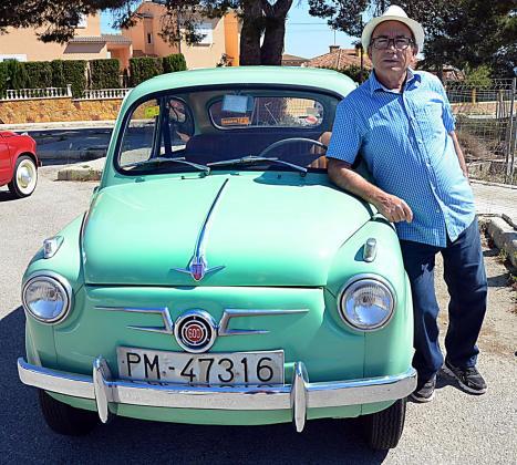 José González, junto al Seat 600 de la primera serie, un vehículo que ha  sido restaurado conservando su esencia.