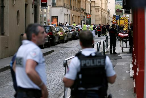 Serviciso de emergencias en el centro de Lyon tras la explosión.