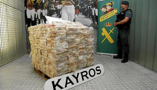 El alijo intervenido por la Guardia Civil de Palma, 600 kilos de cocaína, fue expuesto ayer en la Comandancia.
