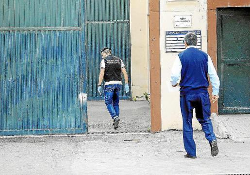 Agentes de la Guardia Civil y del CNP tratan de localizar a los fugados.