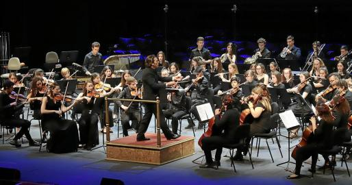 La Jove Orquestra Rotaria de Mallorca, dirigida por José María Moreno, en una de las actuaciones de la noche.