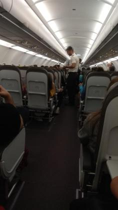 Imagen de dentro del avión, mientras los pasajeros esperaban para despegar.