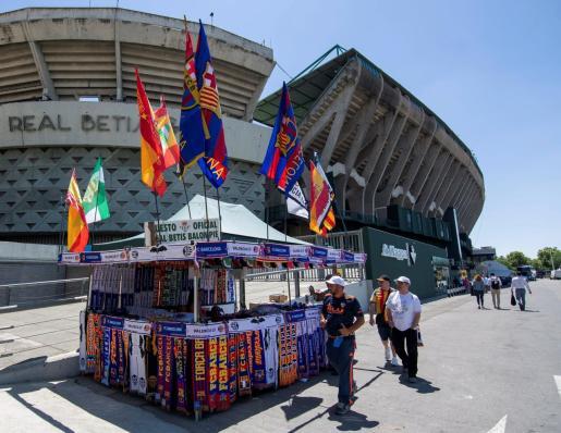 Aficionados recorren las cercanías del Estadio Benito Villamarín antes de la final de la Copa de S.M el Rey.