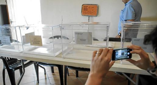 Esta jornada electoral presenta la singularidad de que, por primera vez en la historia de la Comunitat, los ciudadanos de Baleares podrán depositar papeletas en cuatro urnas diferentes. Elegirán los representantes en los ayuntamientos, en el Consell de Mallorca, en el Parlament de les Illes Balears y en el Parlamento Europeo.