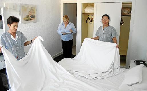 Trabajadoras de diferentes edades en el servicio de habitaciones de un hotel de Mallorca.