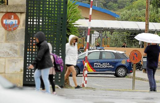 La Policía Nacional investigando dentro del colegio La Salle, el viernes por la tarde.