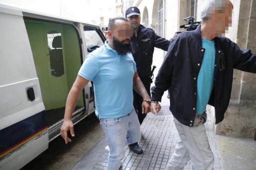 El sospechoso, a la izquierda, el viernes durante su primera detención.