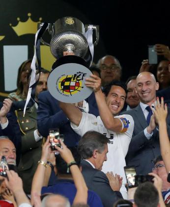 Dani Parejo levanta el trofeo que acredita al Valencia como campeón de la Copa del Rey 2019 tras ganar al FC Barcelona (1-2).
