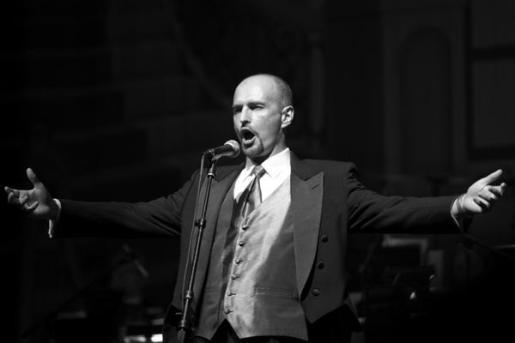 El tenor Krzysztof Biernacki (Polonia) durante un concierto.