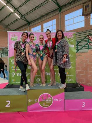 Las gimnastas y entrenadoras del Consell, con sus medallas de bronce.