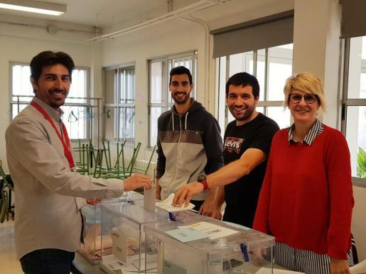 Bernat Ropig el candidato de Endavant votando.