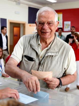 El cabeza de lista del PSOE al Parlamento Europeo, Josep Borrell, ha ejercido su derecho al voto en el Colegio Juan Falcó de Valdemorillo (C.A.Madrid), este domingo en el que se celebran los comicios europeos, municipales y autonómicos.