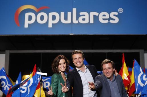 El presidente del Partido Popular Pablo Casado (c) y los candidatos del PP a la Comunidad de Madrid, Isabel Díaz Ayuso, y al Ayuntamiento, José Luis Martínez-Almeida, celebran los resultados electorales.